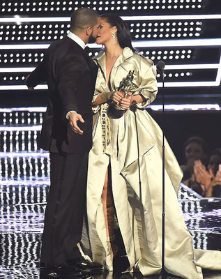 Drake kissing Rihanna after presenting her with the Video Vanguard Awards at yesterday's VMAs. (Photo: Getty)